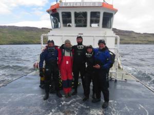 L'équipe PROTEKER 2015 à bord du chaland, L'Aventure II De gauche à droite : Gilles MARTY (TAAF), Chantal De Ridder (ULB), Thomas Saucède (uB), Salomé Fabri-Ruiz (uB, ULB) et Jérôme Fournier (CNRS MNHN)