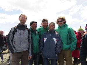 L'équipe comporte aussi deux autres agents des TAAF indispensables: Romain Vergé, pilote du Commerson et Luc Baudot, son aide efficace ! De gauche à droite : Thomas Saucède (uB), Gilles MARTY (TAAF), Luc Baudot (TAAF), Chantal De Ridder (ULB), Romain Vergé (TAAF), au terme de la mission
